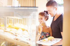 Couple choosing food in a shop Royalty Free Stock Photos