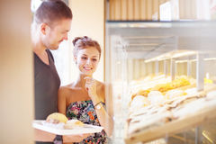 Couple choosing food in a shop Royalty Free Stock Images