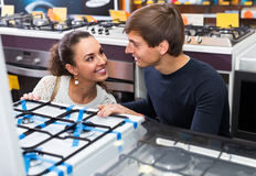 Couple choosing gas hobs Royalty Free Stock Photography