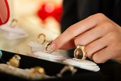 Couple choosing a ring at the jeweller Royalty Free Stock Photography