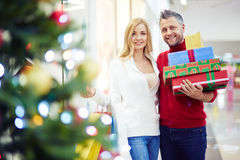 Couple of Christmas shoppers Royalty Free Stock Images
