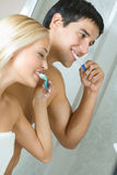 Couple cleaning teeth together Royalty Free Stock Photos