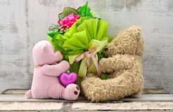 Couple of cute bear dolls holding roses bouquet Royalty Free Stock Images