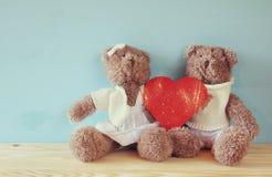 Couple of cute teddy bears holding hearts Royalty Free Stock Photo
