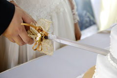 Couple cutting wedding cake Royalty Free Stock Photos