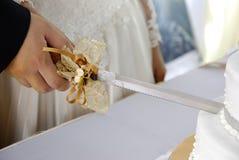Couple cutting wedding cake Royalty Free Stock Photos