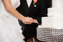 Couple cutting a wedding cake Royalty Free Stock Photos