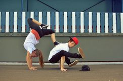 Couple dancing breakdance on the street Royalty Free Stock Photos