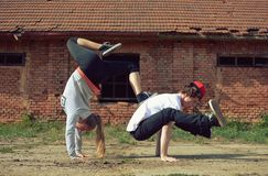 Couple dancing breakdance on the street Stock Photography