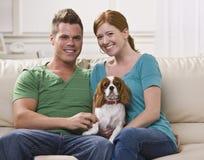 couple dog holding στοκ φωτογραφίες