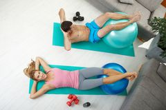 Couple doing abdominal crunch Royalty Free Stock Image