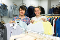 Couple doing shopping at the clothing store Royalty Free Stock Photos
