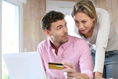 Couple doing shopping on internet Royalty Free Stock Images