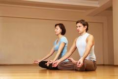 Couple doing yoga Royalty Free Stock Photos