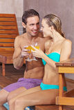 Couple drinking cocktails on pool Royalty Free Stock Photos