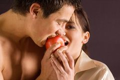 Couple eating a apple Royalty Free Stock Photos