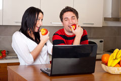 Couple eating apples and having conversation Royalty Free Stock Photos