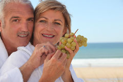 Couple eating a bunch of grapes Royalty Free Stock Photos