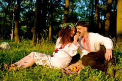 Couple eating peaches in the park Royalty Free Stock Photos