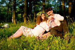 Couple eating peaches in the park Royalty Free Stock Images