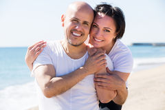 Couple embracing on the beach Royalty Free Stock Photos