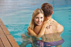 Couple embracing in swimming pool Royalty Free Stock Photography