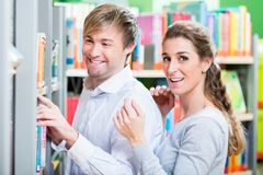 Couple enjoying some time in the library Royalty Free Stock Photography