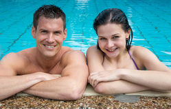Couple enjoying themselves at public swimming pool Royalty Free Stock Photos
