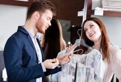 Couple förbluffas med sakkunnig prissätter Royaltyfri Foto