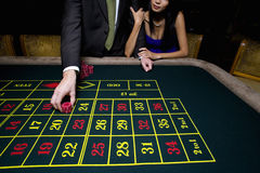 Couple gambling at roulette table Royalty Free Stock Photos