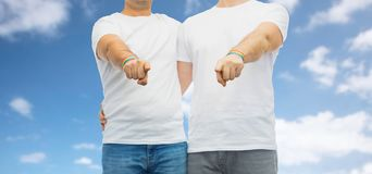 Couple with gay pride rainbow wristbands Royalty Free Stock Photos