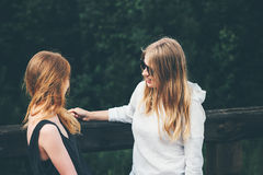 Couple girls talking together Royalty Free Stock Photography