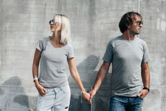 Couple in gray t-shirt over street wall Royalty Free Stock Photos