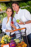 Couple grocery shopping Royalty Free Stock Photos