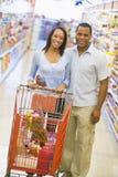 couple grocery shopping στοκ εικόνα