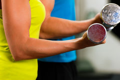 Couple in gym exercising with dumbbells Royalty Free Stock Photography