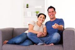 Couple hållande ögonen på komedi royaltyfria foton