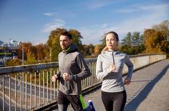 couple happy outdoors running Στοκ φωτογραφία με δικαίωμα ελεύθερης χρήσης