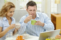 Couple having breakfast Royalty Free Stock Photos