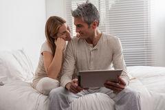Couple having fun with the ipad Royalty Free Stock Photography