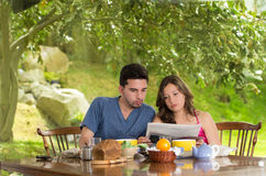 Couple having healthy breakfast at home, eating Royalty Free Stock Photos