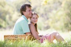 couple having park picnic smiling στοκ εικόνα με δικαίωμα ελεύθερης χρήσης