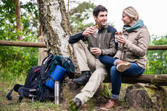 Couple on hike taking rest under tree Royalty Free Stock Photography