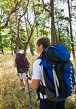 Couple hiking with backpacks Royalty Free Stock Photos