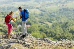 Couple hiking on the mountain Royalty Free Stock Photos