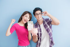 Couple hold pink pig bank Royalty Free Stock Photos