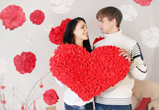 Couple holding big heart Royalty Free Stock Photos