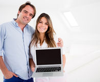 Couple holding a computer Royalty Free Stock Photos