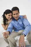 Couple Holding Credit Card Royalty Free Stock Photos