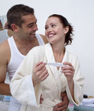 Couple holding a pregnancy test Royalty Free Stock Photos
